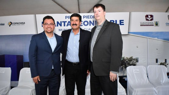Left to Right:  Everardo Avila, Managing Director, Leoni Cable Mexico; Javier Corral Jurado, Governor, State of Chihuahua, Bill Livengood, President, Leoni Cable Inc